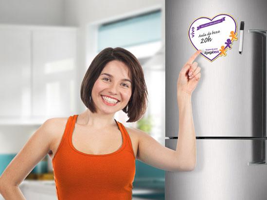 Mulher apontando um ima na geladeira